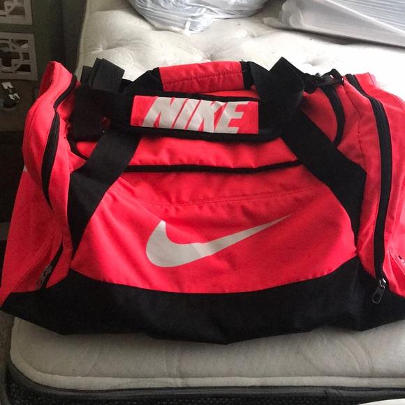 Nike neon pink duffel bag. M 5a43fe7c5512fd893109efce 5e32a17cb3